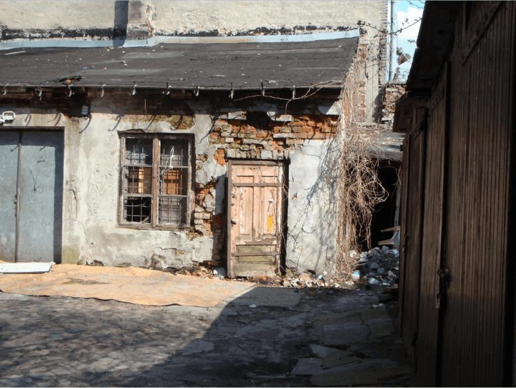 Crumbling Building in Praga